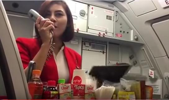"""泰国空姐魔性柔声""""介绍飞机餐""""暴红"""