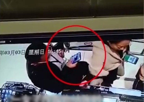陌生男子偷拍别人二维码,成功转走800元人民币