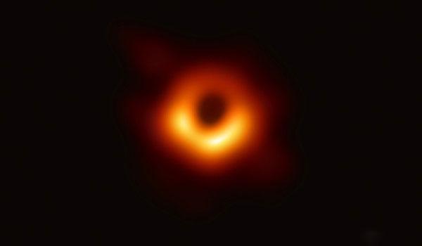 """人类首张黑洞照""""模糊失焦"""" 专家点出""""背后真相"""":有机会更清晰!"""