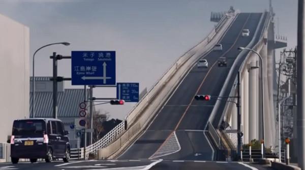 日本汽车广告中的江岛大桥。(图/翻拍自Youtube)
