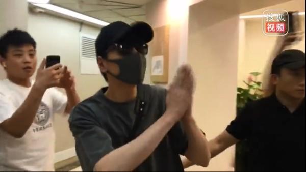 ▲赵又廷21日低调现身医院 。(图/翻摄自《搜狐视频》)