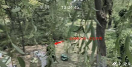▲▼女主播收拾公園垃圾裝環保 假掰!被監視器打到臉腫。(圖/翻攝微博)