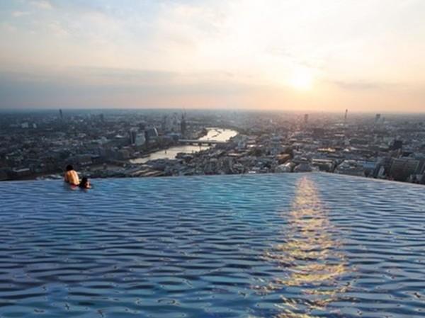 "▲200M高""玩命泳池""在倫敦 想看360°全景視野…先學學007(圖/翻攝自Compass Pools官方網站)"