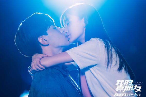 ▲▼Angelababy、邓伦天桥之吻。(图/翻摄自微博/我的真朋友)