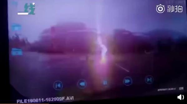 雨中開車突然劈下可怕雷擊! 他目睹騎士摔車地上砸出大洞。